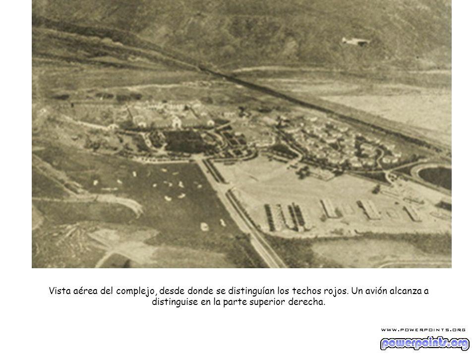 Vista aérea del complejo, desde donde se distinguían los techos rojos. Un avión alcanza a distinguise en la parte superior derecha.
