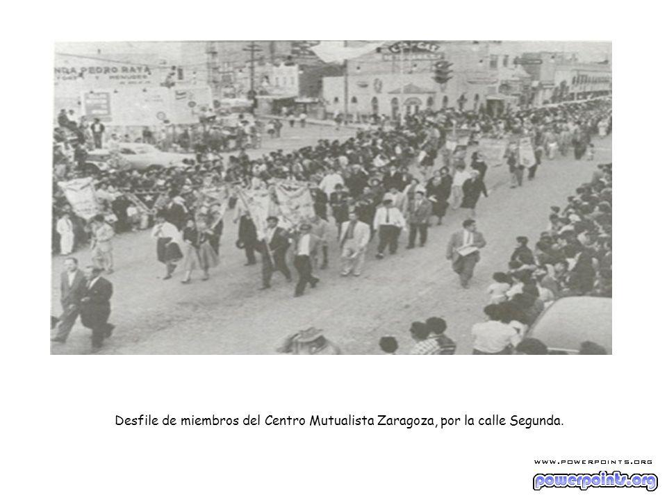 Desfile de miembros del Centro Mutualista Zaragoza, por la calle Segunda.