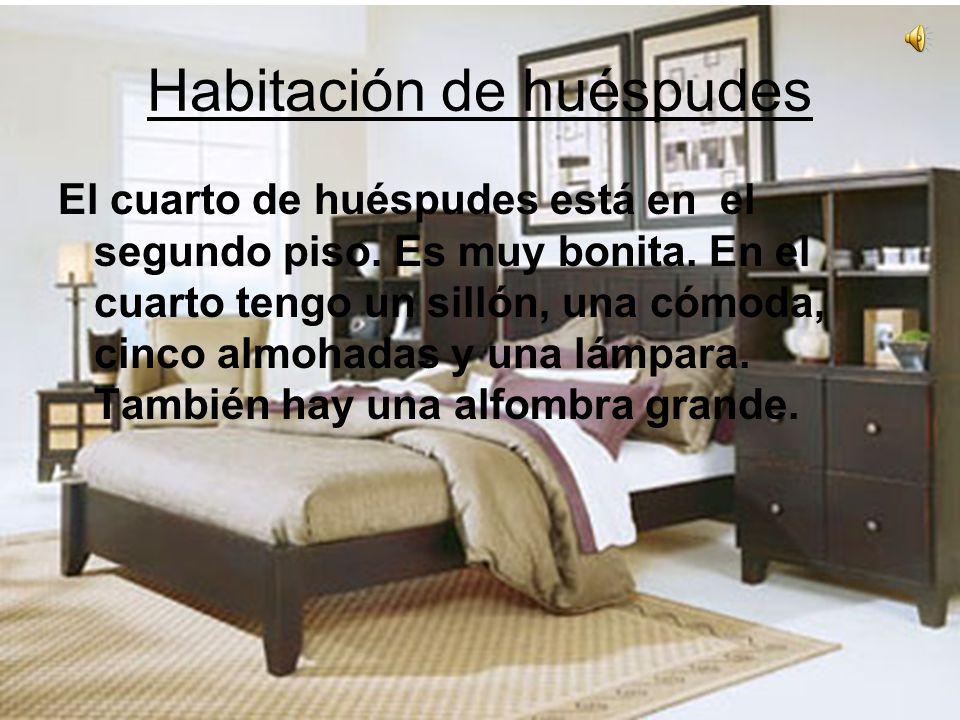 Habitación de huéspudes El cuarto de huéspudes está en el segundo piso. Es muy bonita. En el cuarto tengo un sillόn, una cómoda, cinco almohadas y una