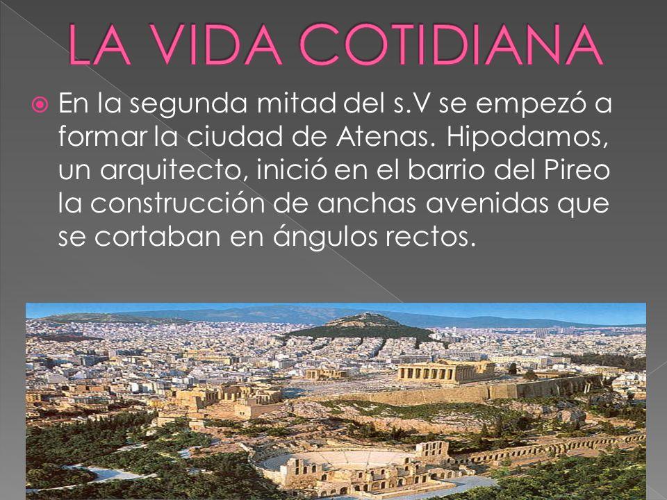 En la segunda mitad del s.V se empezó a formar la ciudad de Atenas. Hipodamos, un arquitecto, inició en el barrio del Pireo la construcción de anchas