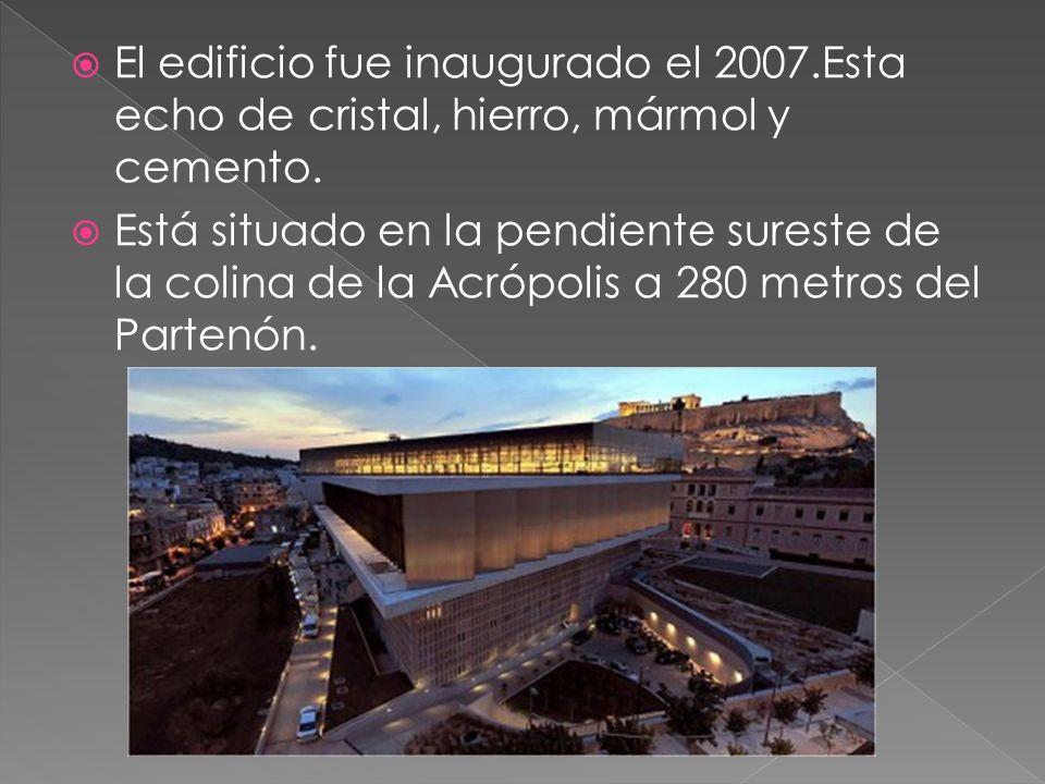 El edificio fue inaugurado el 2007.Esta echo de cristal, hierro, mármol y cemento. Está situado en la pendiente sureste de la colina de la Acrópolis a