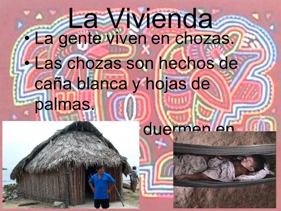 La Vivienda La gente viven en chozas. Las chozas son hechos de caña blanca y hojas de palmas. Las personas duermen en hamacas.