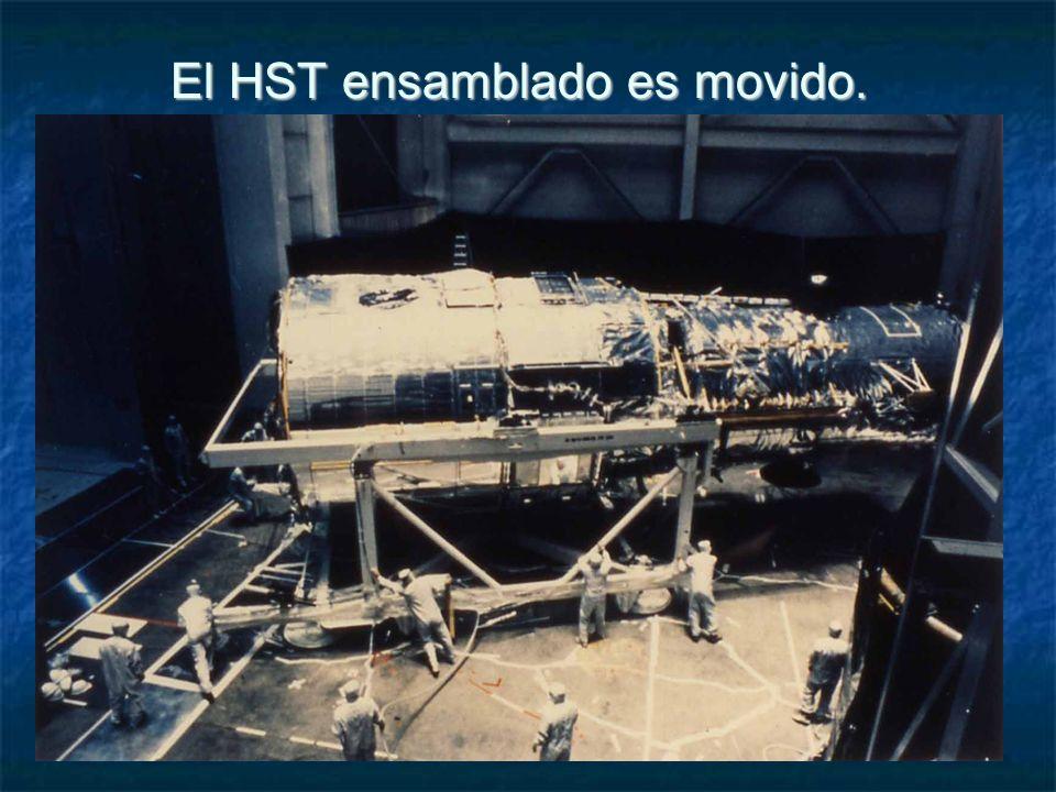 El HST ensamblado es movido.