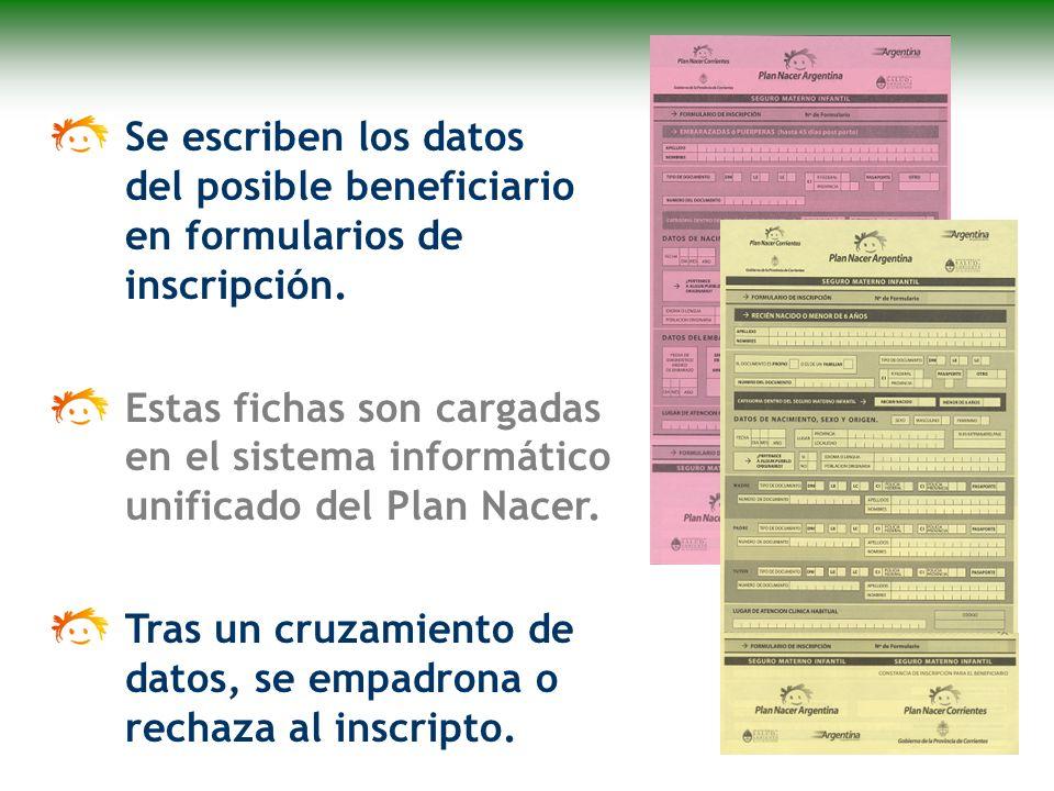 Se escriben los datos del posible beneficiario en formularios de inscripción.