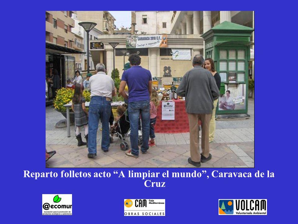 Reparto folletos acto A limpiar el mundo, Caravaca de la Cruz