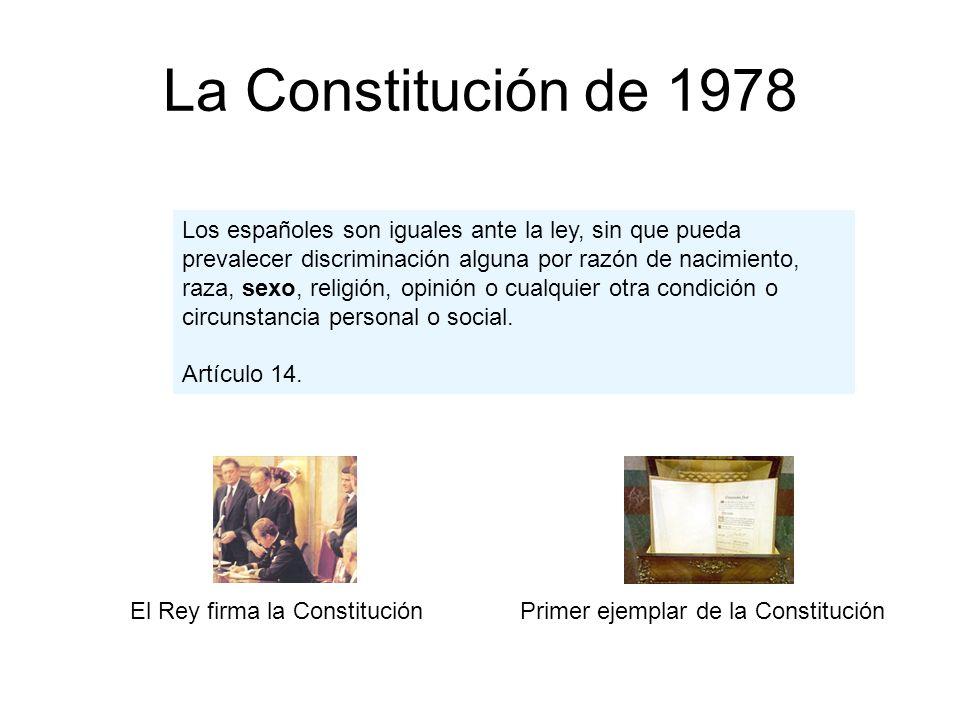 La Constitución de 1978 Primer ejemplar de la ConstituciónEl Rey firma la Constitución Los españoles son iguales ante la ley, sin que pueda prevalecer discriminación alguna por razón de nacimiento, raza, sexo, religión, opinión o cualquier otra condición o circunstancia personal o social.