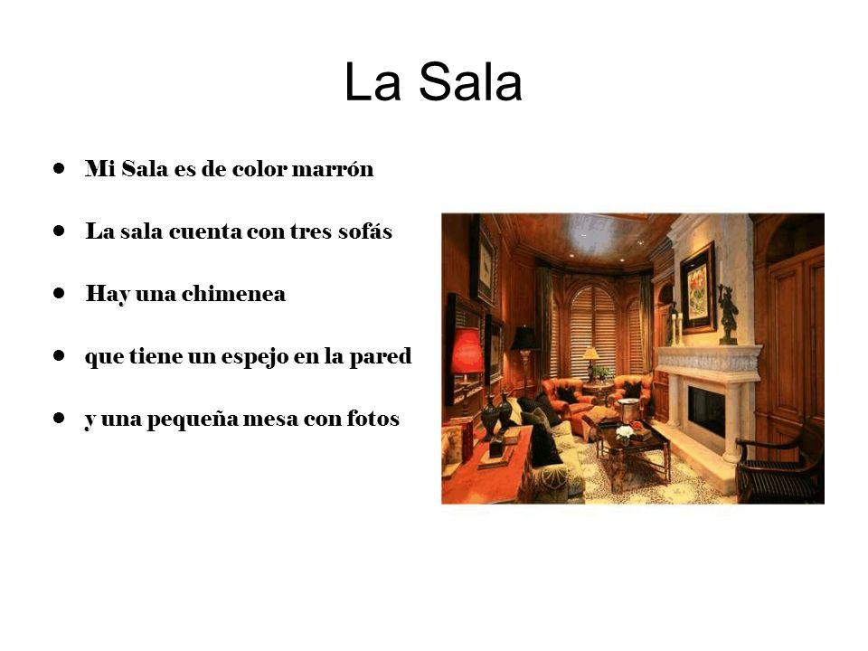 La Sala Mi Sala es de color marrón La sala cuenta con tres sofás Hay una chimenea que tiene un espejo en la pared y una pequeña mesa con fotos
