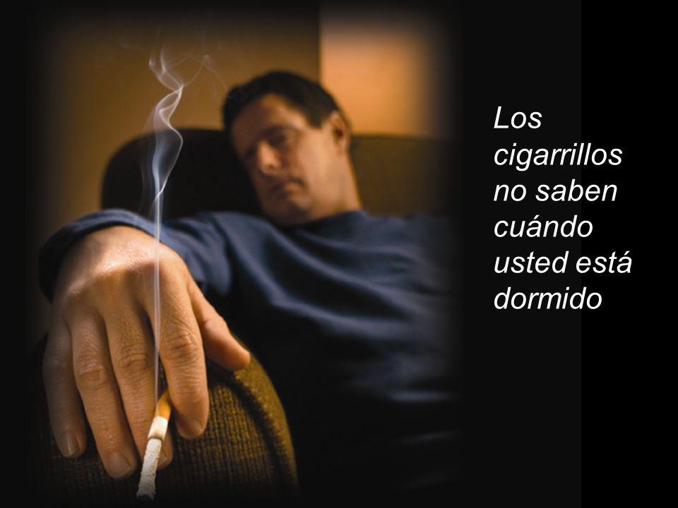 Revise las colillas de los cigarrillos Las sillas y los sofás se prenden rápido y se queman velozmente.