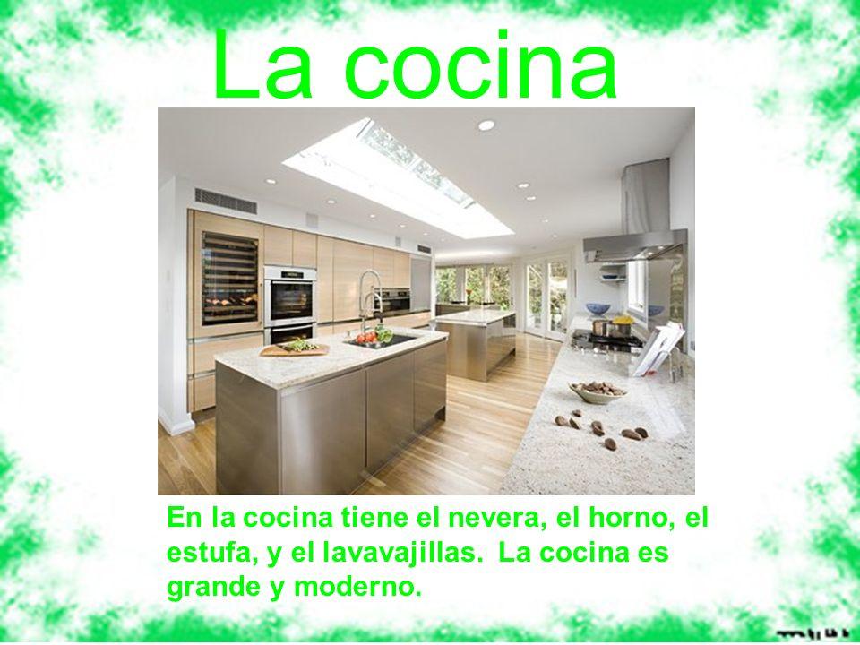 En la cocina tiene el nevera, el horno, el estufa, y el lavavajillas. La cocina es grande y moderno. La cocina