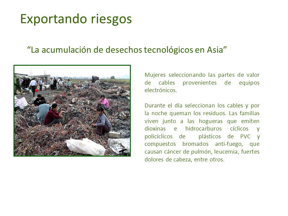 Exportando riesgos La acumulación de desechos tecnológicos en Asia Mujeres seleccionando las partes de valor de cables provenientes de equipos electró