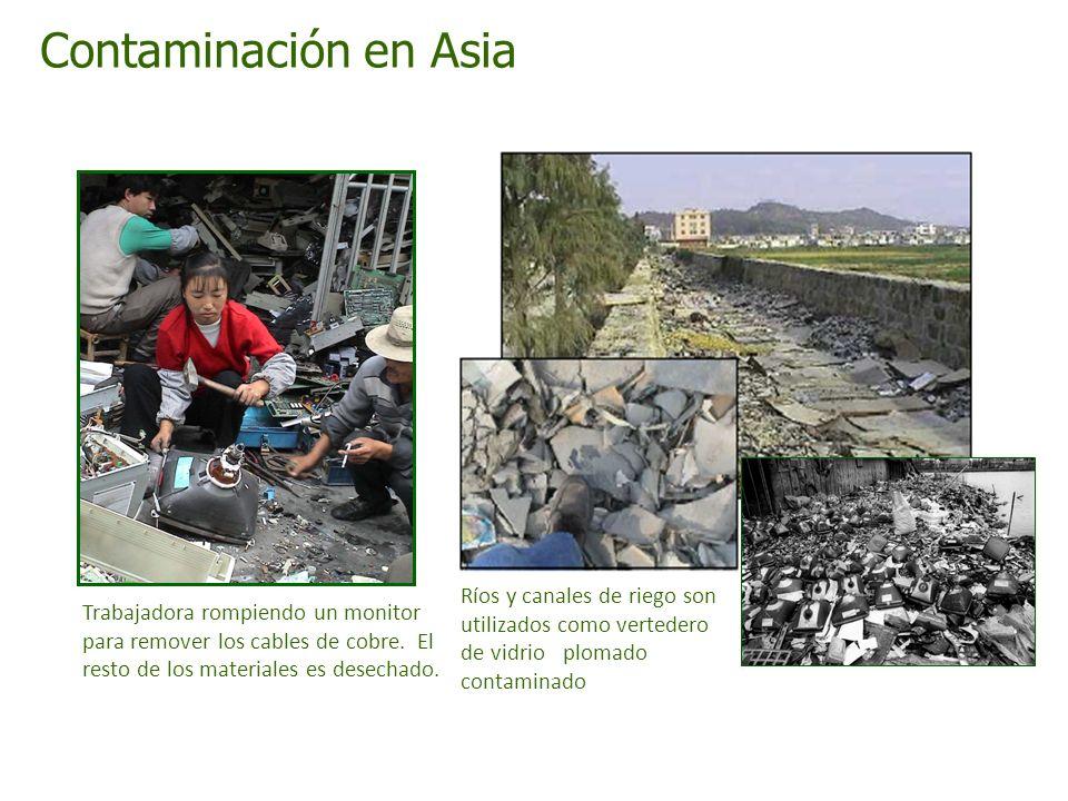 Contaminación en Asia Trabajadora rompiendo un monitor para remover los cables de cobre. El resto de los materiales es desechado. Ríos y canales de ri