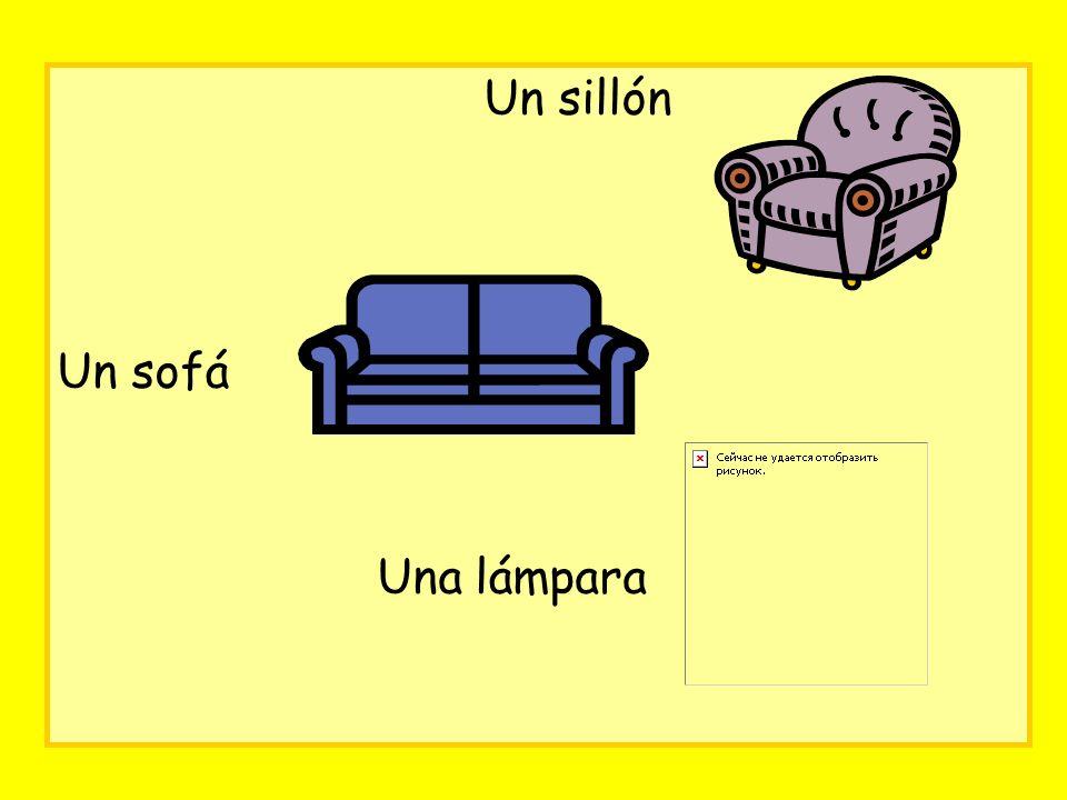 Un sillón Un sofá Una lámpara