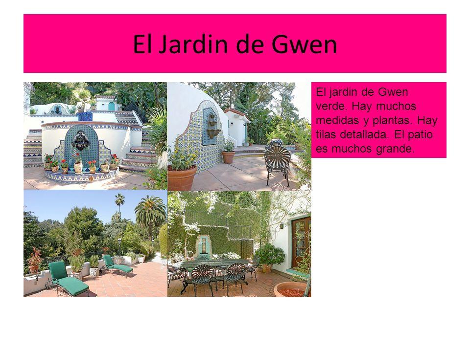 La Piscina de Gwen En el jardin hay dos piscinas.Hay tilas azul y blanco paredes.