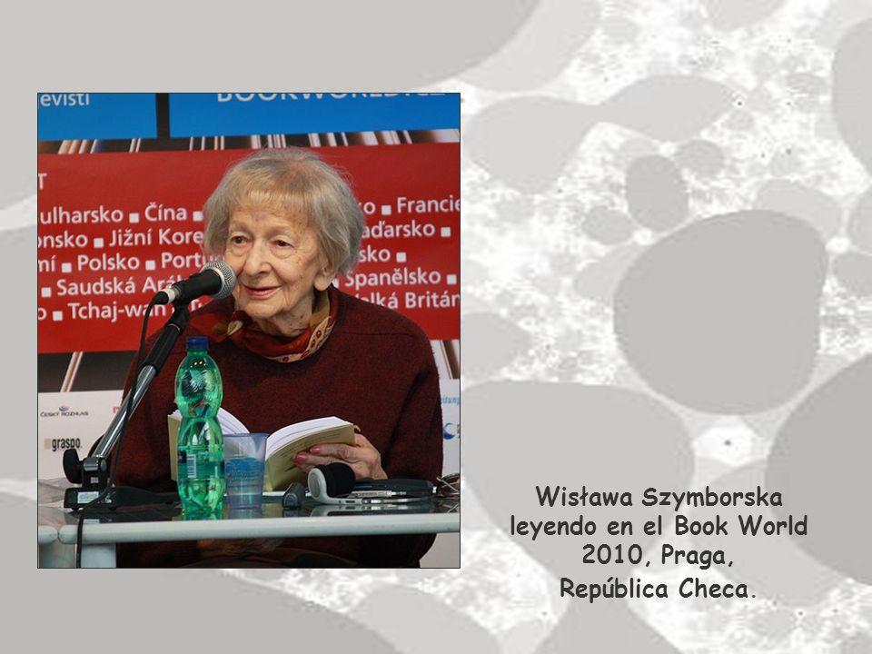 Poeta y ensayista polaca nacida en Kórnik, Poznan, en 1923.