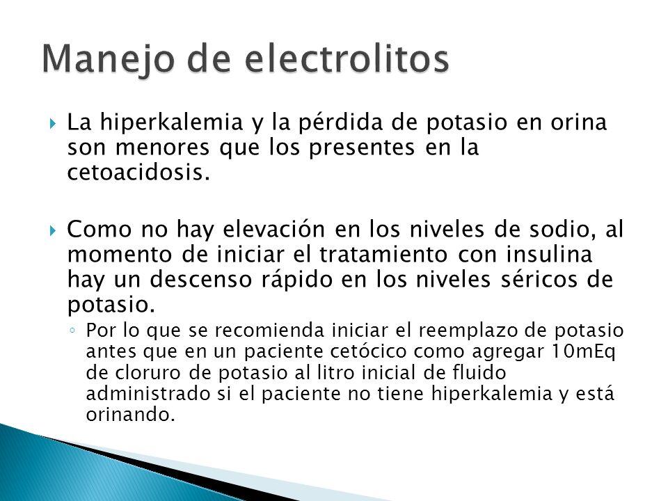 La hiperkalemia y la pérdida de potasio en orina son menores que los presentes en la cetoacidosis. Como no hay elevación en los niveles de sodio, al m