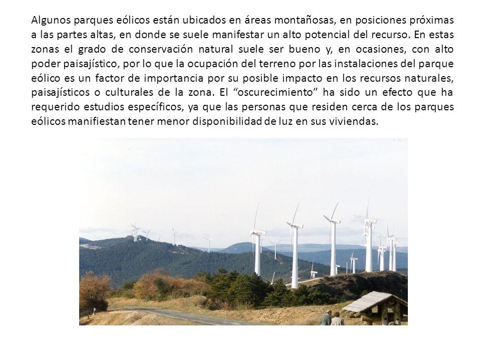 Algunos parques eólicos están ubicados en áreas montañosas, en posiciones próximas a las partes altas, en donde se suele manifestar un alto potencial