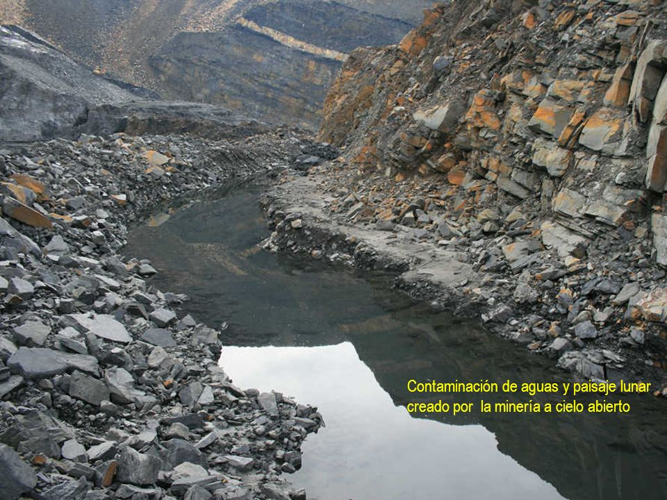 Contaminación de aguas y paisaje lunar creado por la minería a cielo abierto