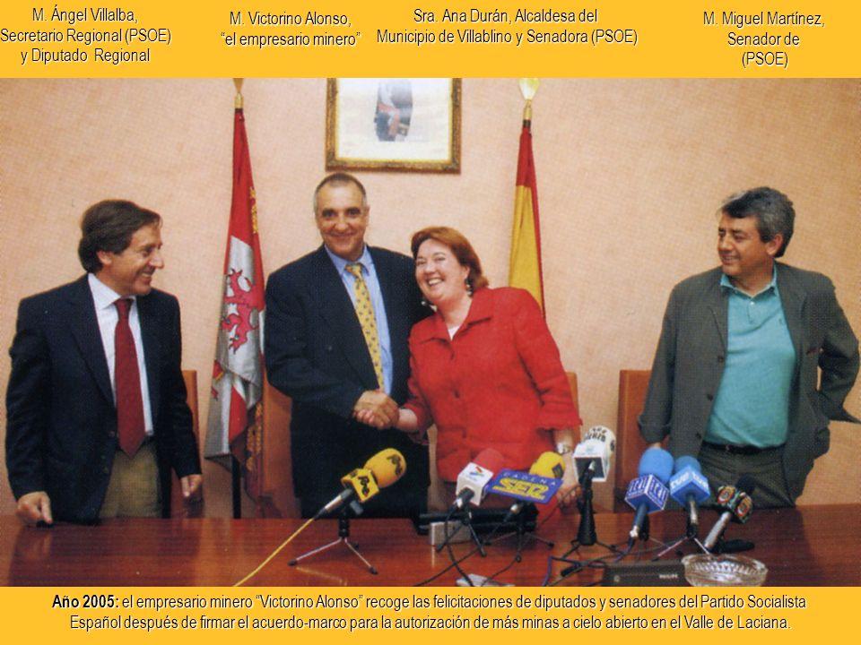 Año 2005: el empresario minero Victorino Alonso recoge las felicitaciones de diputados y senadores del Partido Socialista Español después de firmar el acuerdo-marco para la autorización de más minas a cielo abierto en el Valle de Laciana.