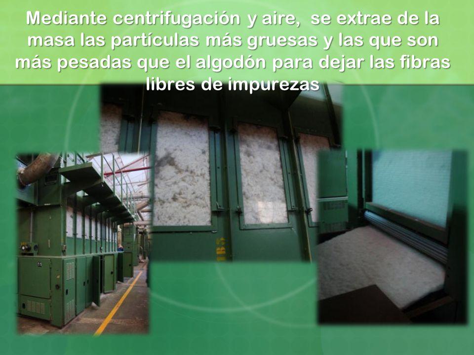 Mediante centrifugación y aire, se extrae de la masa las partículas más gruesas y las que son más pesadas que el algodón para dejar las fibras libres