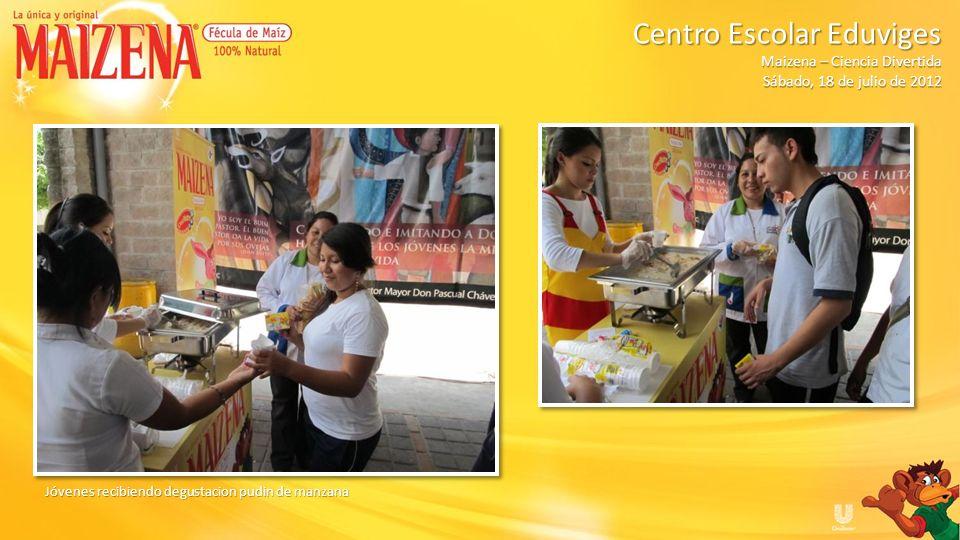 Jóvenes recibiendo degustacion pudin de manzana Centro Escolar Eduviges Maizena – Ciencia Divertida Sábado, 18 de julio de 2012