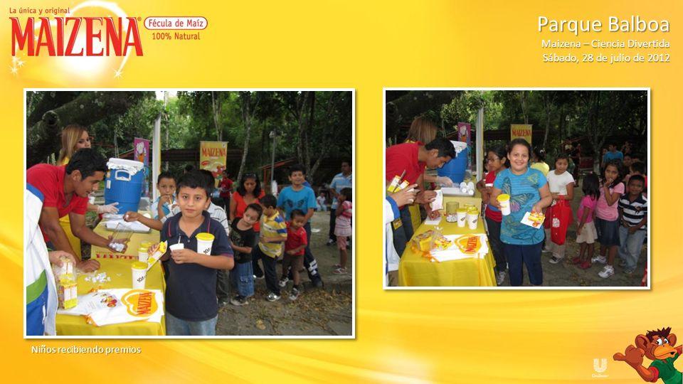 Niños recibiendo cajitas de Maizena Parque Balboa Parque Balboa Maizena – Ciencia Divertida Sábado, 28 de julio de 2012
