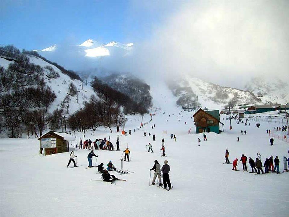 Las Termas de Chillán son un centro de ski ubicado a 82 km al oriente de la ciudad de Chillan con un centro termal que tiene nueve piscinas.Las aguas