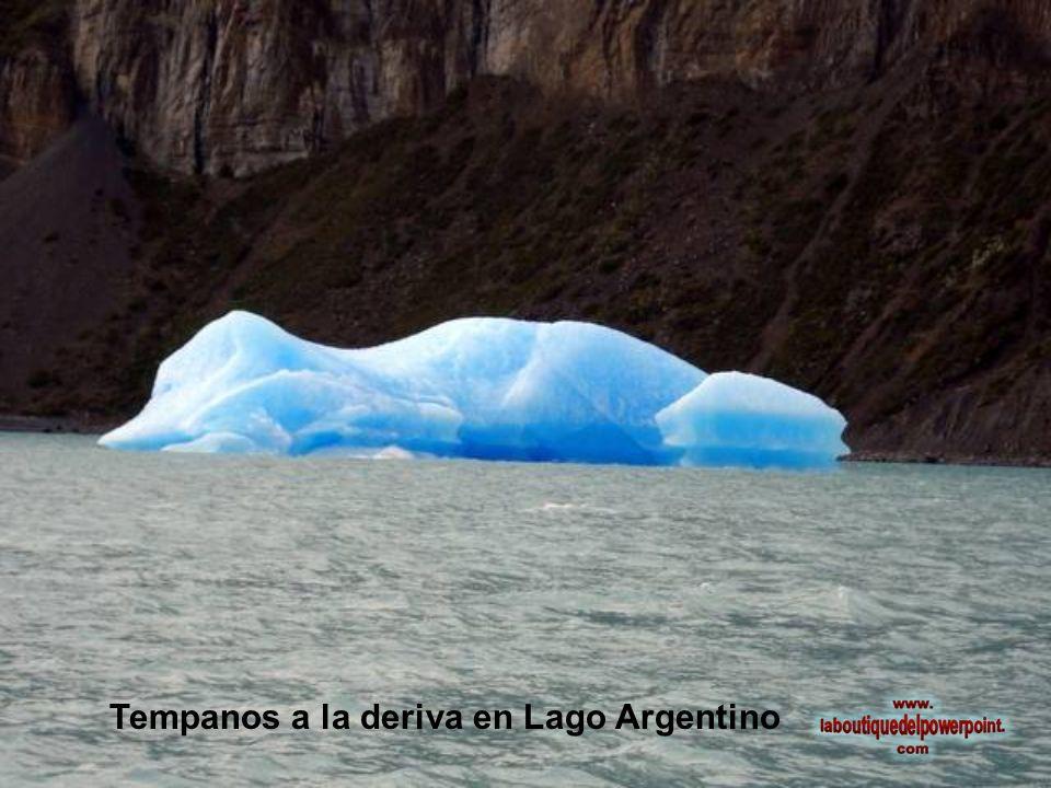 El color azul del hielo corresponde a su densidad y a la luz que se refracta