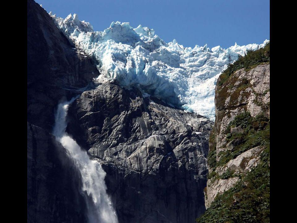 El Ventisquero Colgante se encuentra a unos 1.889 metros sobre el nivel del mar, y es parte de uno de los campos de hielo milenarios del parque, el de