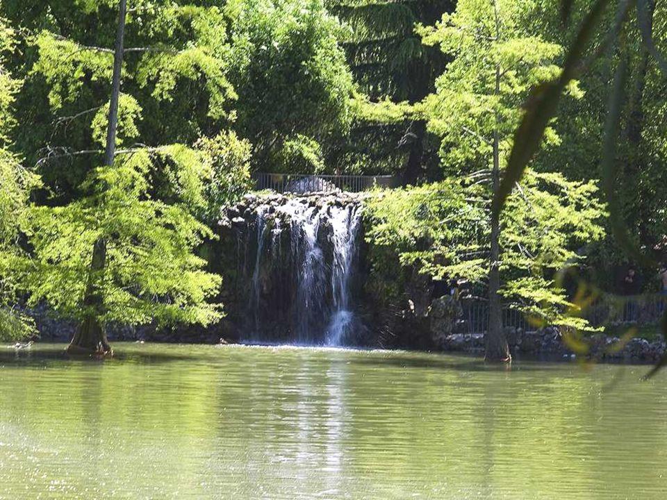 ESTANQUE DE LAS CAMPANILLAS Situado junto al Parterre, se trata de un estanque ochavado del siglo XVII, en el lugar donde en tiempos hubo una torre ch