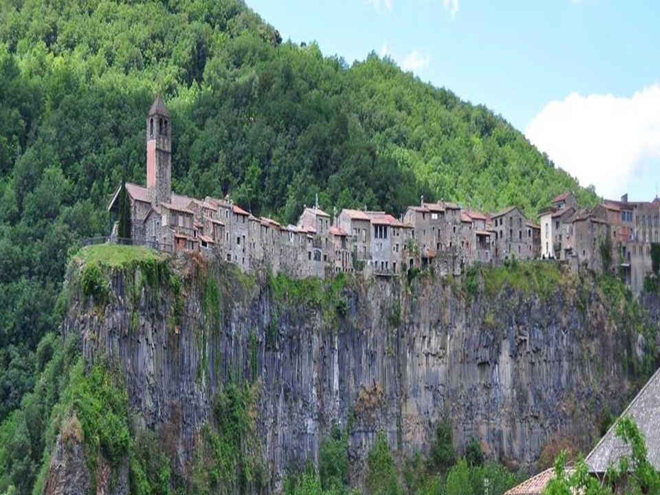 Castellfollit de la Roca Es un pueblo está asentado en un riscal basáltico, el riscal de Castellfullit. Tiene más de 50 metros de altura y casi un kil
