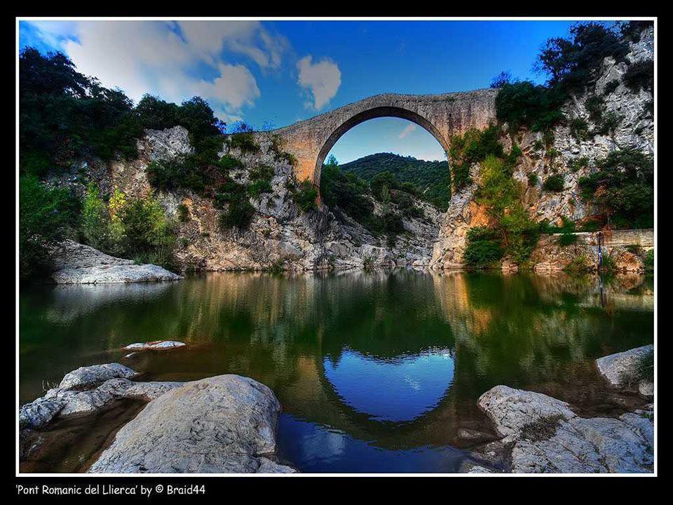 El Pont de Llierca es un enclave románico de alto interés arquitectónico, pero su verdadero atractivo es más evidente en verano, cuando se convierte e