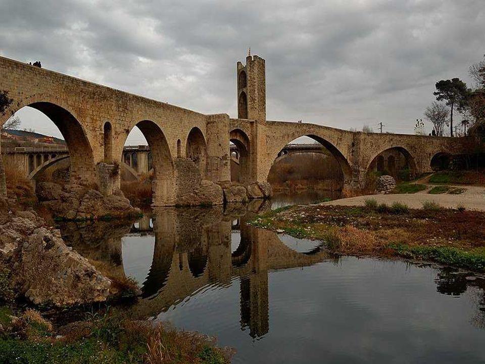 Besalú El origen de la ciudad fue el castillo de Besalú que ya se encuentra documentado en el siglo X, construido encima de un cerro donde hay los res