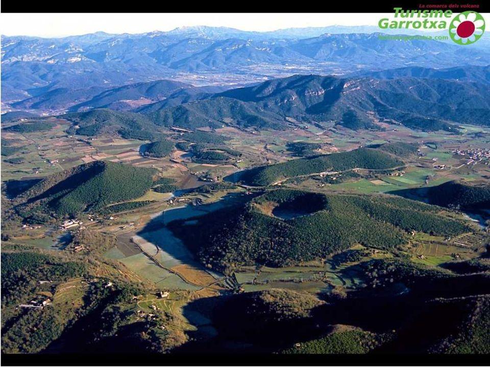 El Volcán Montsacopa (de monte y copa, debido a su forma) es una formación geológica situada en el municipio gerundense de Olot, alineado entre los volcanes de Garrinada y de Montolivet sobre una misma fractura.