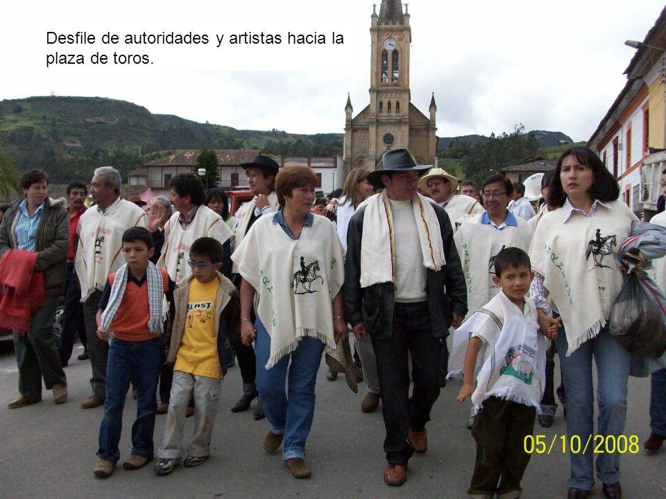 Desfile de autoridades y artistas hacia la plaza de toros.