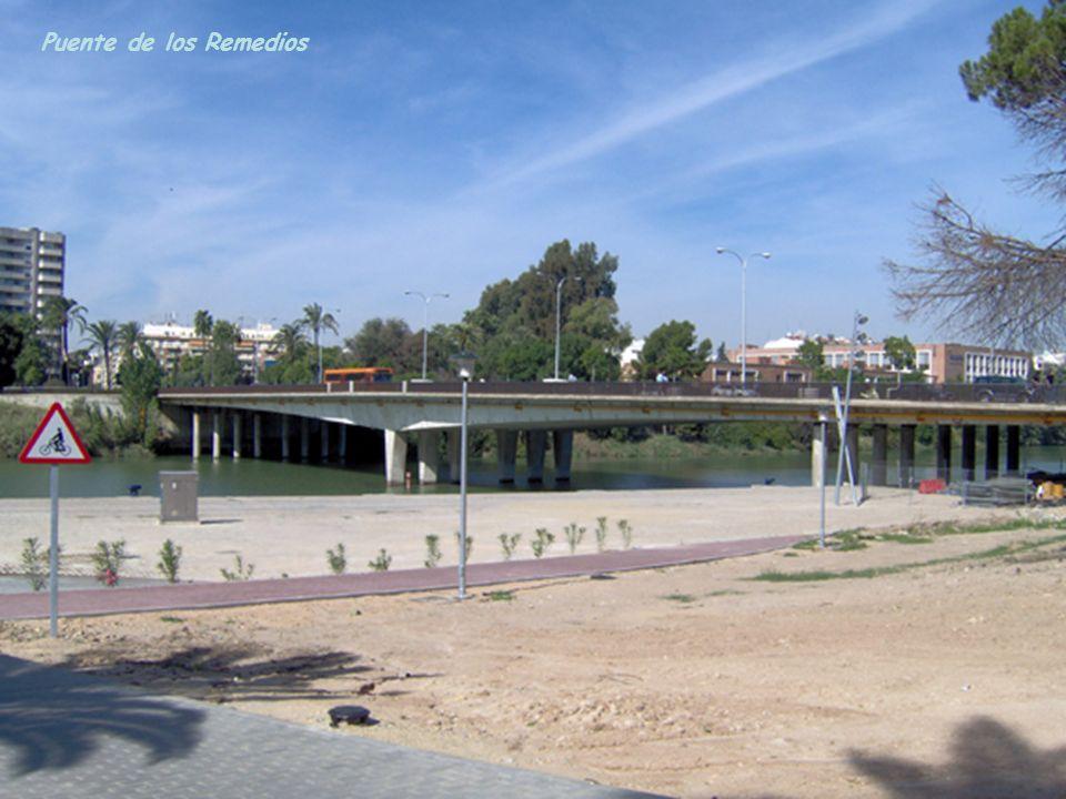 Puente de San Telmo, Torre del Oro y La Catedral de la que destaca La Giralda.