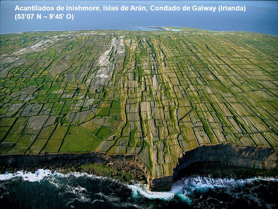 Pueblo en la Isla de Santorino, Islas Ciclade en Grecia 3627 N – 2529 E)