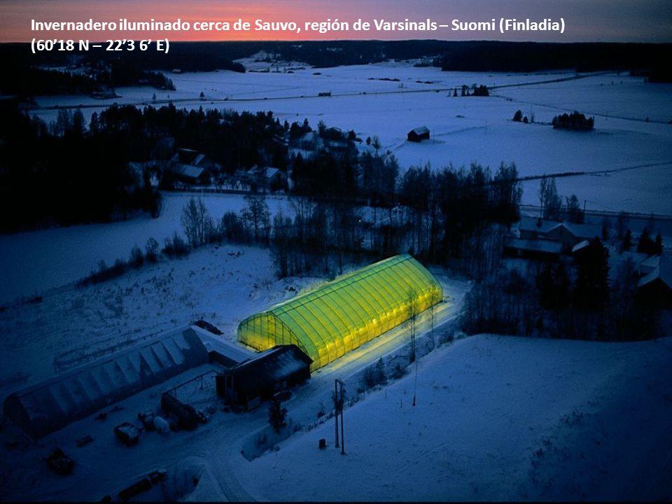 Invernadero iluminado cerca de Sauvo, región de Varsinals – Suomi (Finladia) (6018 N – 223 6 E)