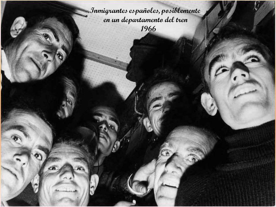 Equipajes de inmigrantes españoles en la estación de Príncipe Pio – 1966