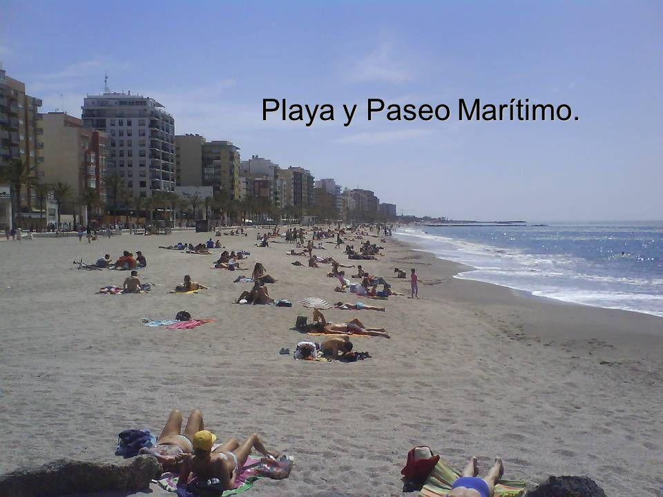 La extensa y bulliciosa playa de El Zapillo un Domingo de Abril.