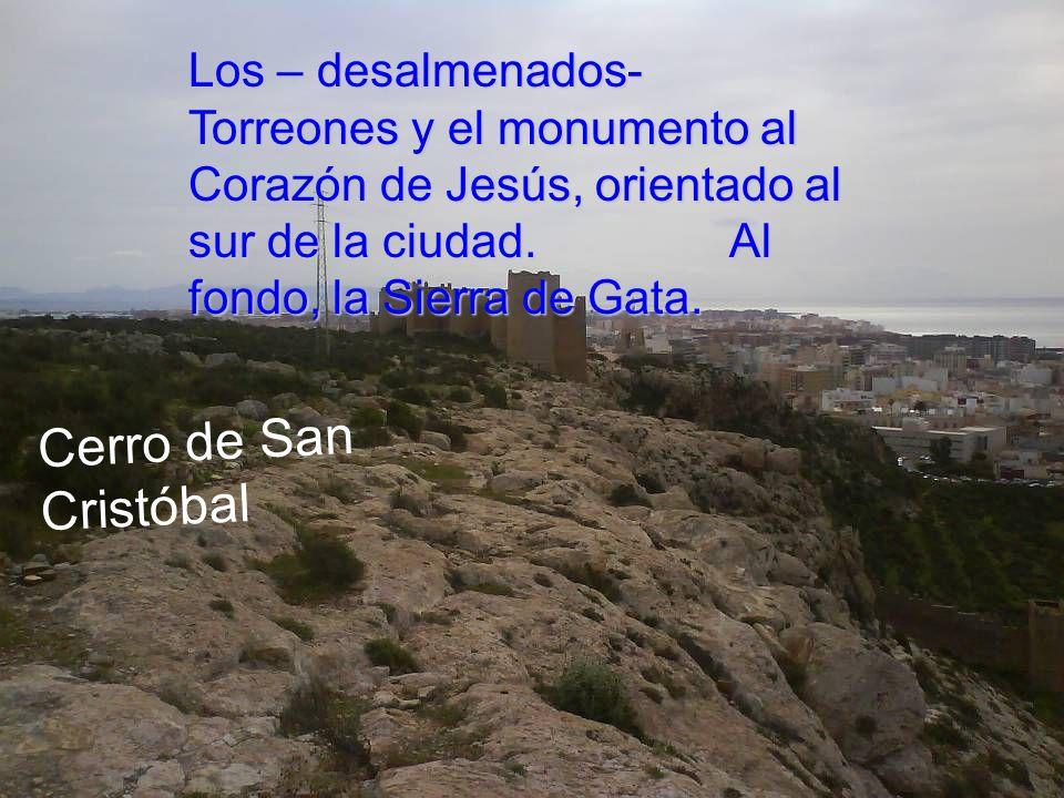 Muralla de Hairán, baluarte defensivo que une La Alcazaba con los Torreones. Al fondo, La Bahía.
