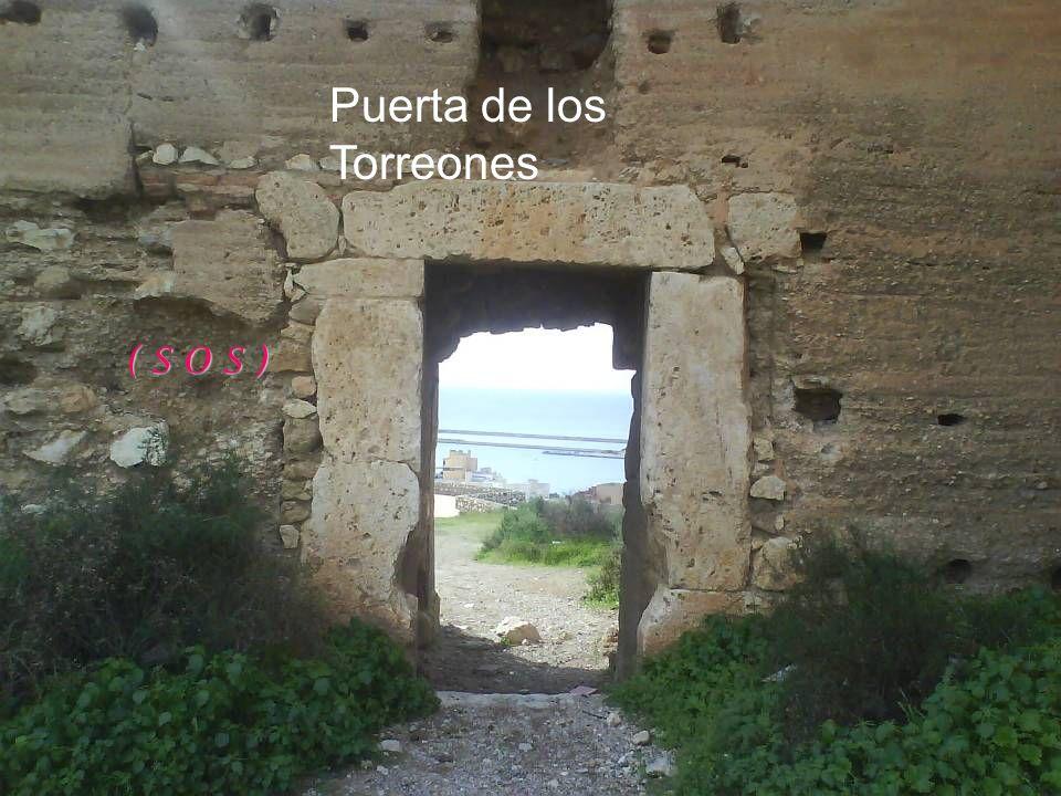 Los – desalmenados- Torreones y el monumento al Corazón de Jesús, orientado al sur de la ciudad. Al fondo, la Sierra de Gata. Cerro de San Cristóbal
