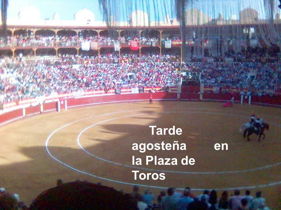 Puerta Principal Monumento al torero almeriense Julio Gómez Cañete Relampaguito. Posando; el aficionado taurino, Antonio Berenguel, con su nieto.