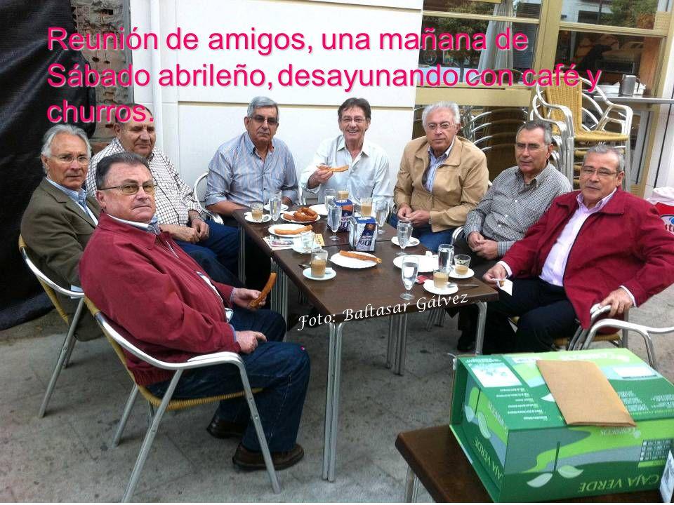 Reunión de amigos, una mañana de Sábado abrileño, abrileño, desayunando con café y churros.