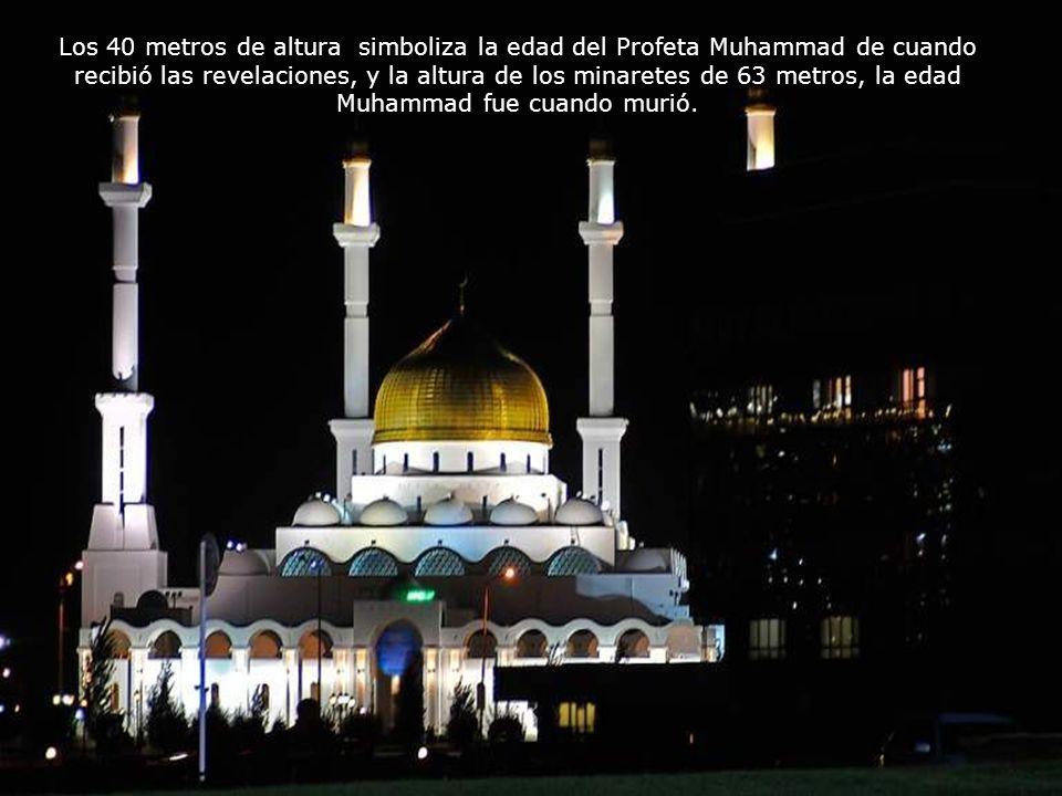 Es la mezquita más grande de Kazajstán y la mezquita más grande en Asia Central. Tiene una capacidad para 5.000 fieles La estructura está hecha de vid