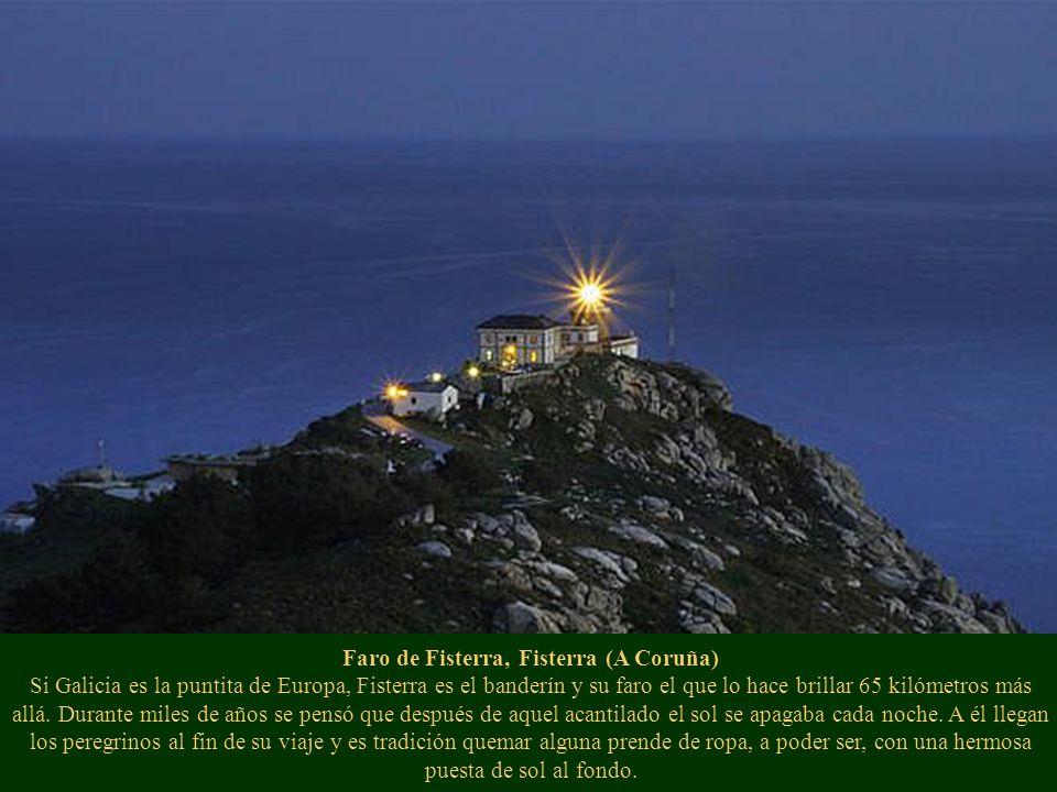 Faro de Fisterra, Fisterra (A Coruña) Si Galicia es la puntita de Europa, Fisterra es el banderín y su faro el que lo hace brillar 65 kilómetros más a