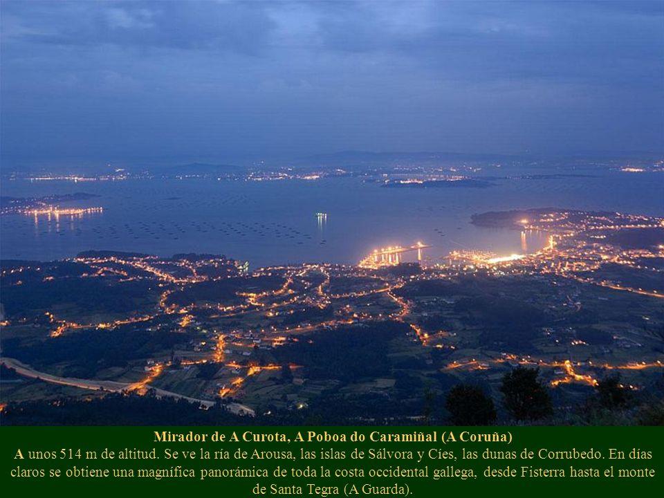 Mirador de A Curota, A Poboa do Caramiñal (A Coruña) A unos 514 m de altitud. Se ve la ría de Arousa, las islas de Sálvora y Cíes, las dunas de Corrub