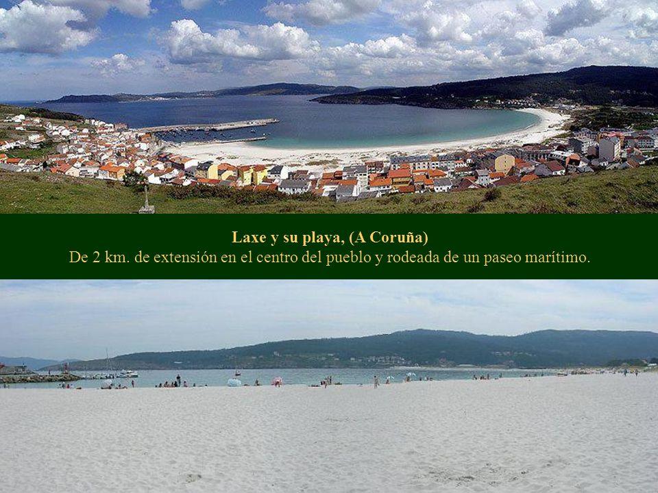 Laxe y su playa, (A Coruña) De 2 km. de extensión en el centro del pueblo y rodeada de un paseo marítimo.