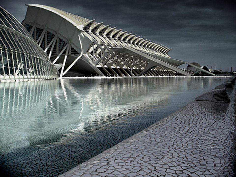 Valencia (en valenciano y cooficialmente, València) es la capital y mayor ciudad de la Comunidad Valenciana.