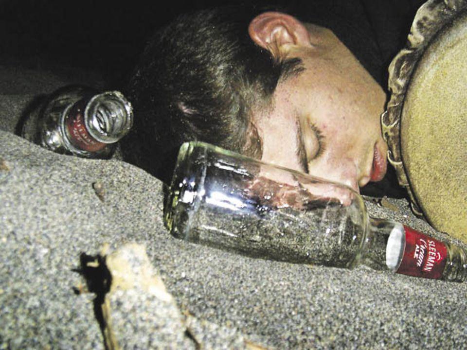 Las características de un alcohólico adolescente, además de todas las comunes a todas las personas, son: - Rápida baja en las calificaciones.