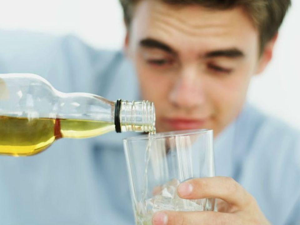 El alcoholismo es complejo y se desarrolla con el tiempo.